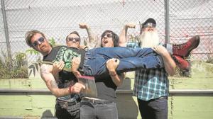 Eagles of Death Metal: «Nuestra música son como siete horas de viagra musical»