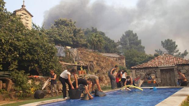Vecinos usan el agua de una piscina por un incendio este verano