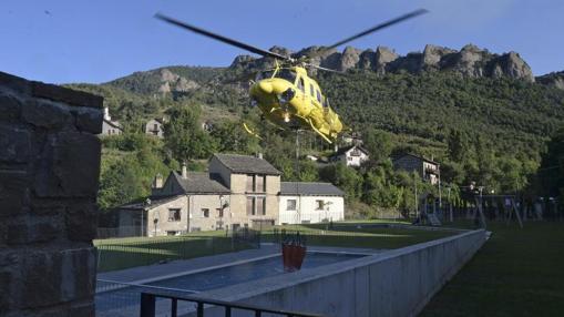 Un helicóptero carga agua en una piscina