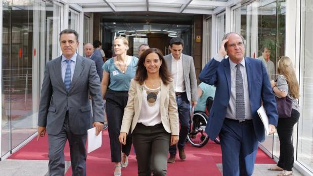 La alcaldesa de Getafe, Sara Hernández, y el portavoz del PSOE, Ángel Gabilondo, en la Asamblea de Madrid