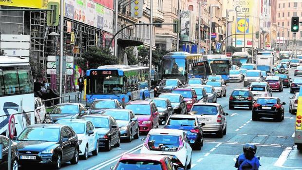 Carmena rectifica y restringirá al tráfico Alcalá y Gran Vía el domingo 18
