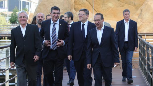 Imagen de Ximo Puig junto a Joan Ribó y Enric Morera a su llegada al desayuno de la Ser