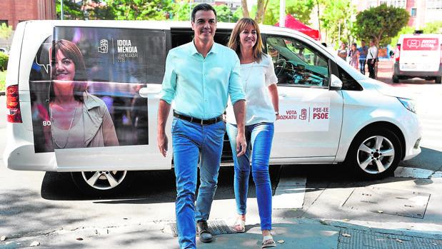 Pedro Sánchez y la líder del PSE, Idoia Mendía, ayer en un acto de campaña en Vitoria