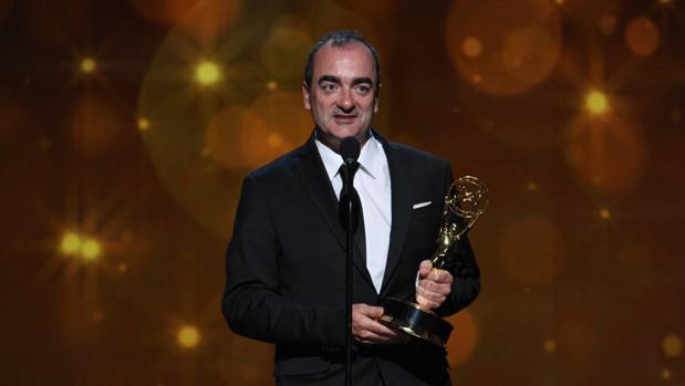 Víctor Reyes recibiendo su Emmy, premio que otorga la Academia de la Televisión americana