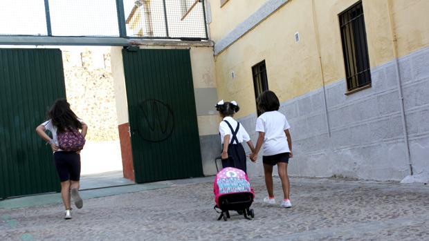 Tres niñas, este lunes, a la entrada de un colegio en Toledo