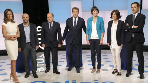 Los cinco candidatos, flanqueados por los moderadores del debate