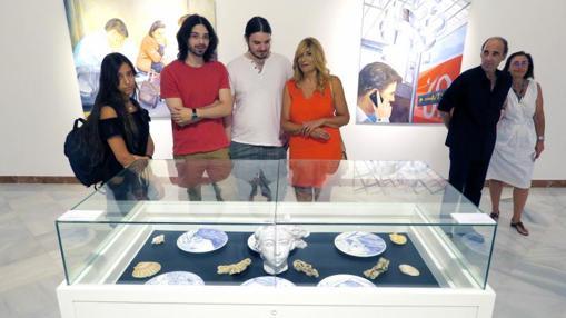 Los artistas de la muestra, con visitantes tras la inauguración
