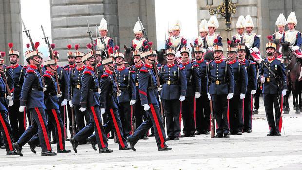 Ceremonia del relevo solemne de la Guardia Real en el Patio de la Armería