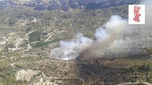 Siete medios aéreos trabajan en un nuevo incendio en Alicante, en Vall de Gallinera