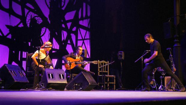 Israel Galván acompañando a Estrella Morente y Alfredo Lago