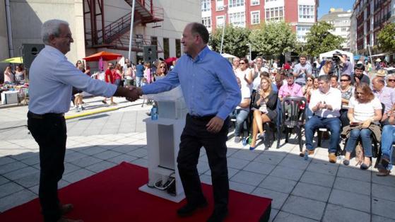 A la derecha, el candidato socialista Xoaquín Fernández Leiceaga, antes de su micromitin en Burela (Lugo)