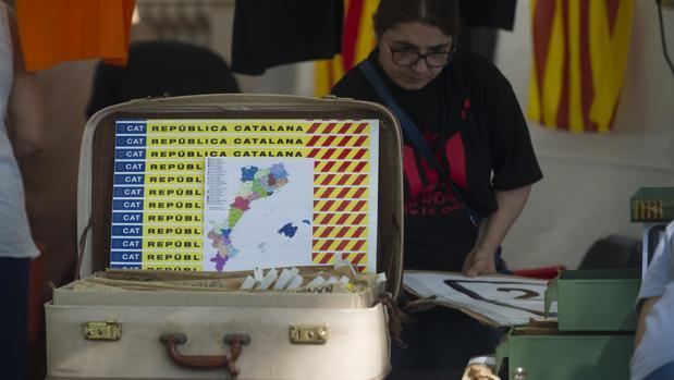 Pegatinas de la «República Catalana» y un mapa que incluye Baleares y la Comunidad Valenciana