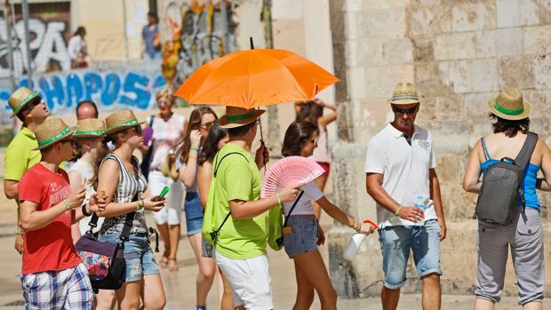 Unos turistas se protegen del calor en Valencia