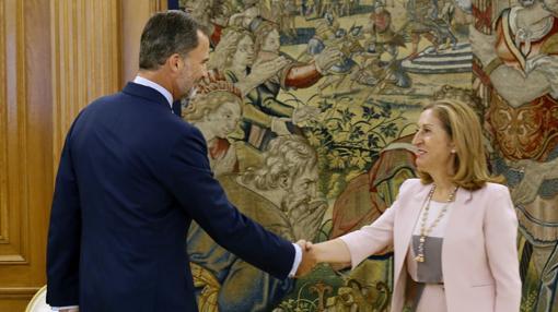 El Rey junto a la presidenta del Congreso de los Diputados, Ana Pastor