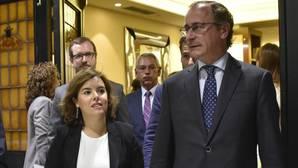 Santamaría: «Puigdemont tensa la cuerda para superar la cuestión de confianza de la CUP»