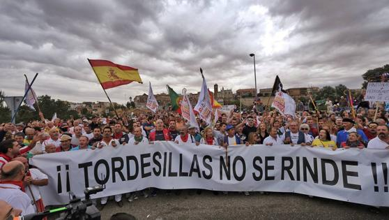 Los manifestantes cantan el himno del Toro de la Vega