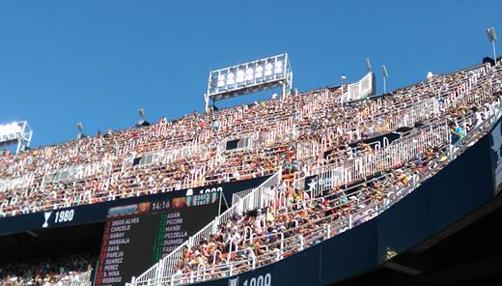 Imagen de parte de las gradas de Mestalla en pleno partido