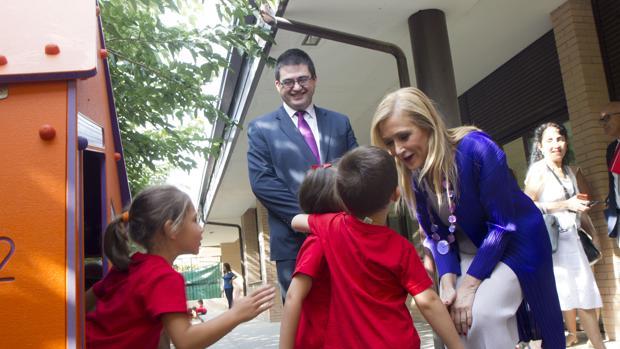 Cifuentes, ayer durante su visita al colegio público Carmen Laforet