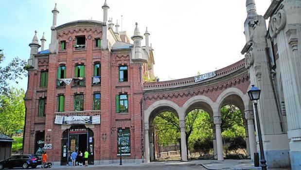 El edificio okupado junto a la entrada del cementerio
