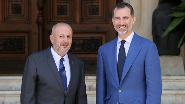 Miquel Ensenyat, presidente del Consell de Mallorca, junto a Su Majestad el Rey
