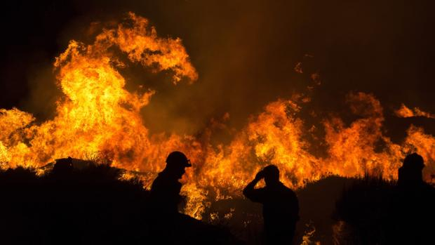 Los brigadistas y bomberos trabajaron durante toda la noche en la extinción del incendio de Cualedro