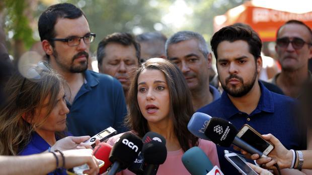 Inés Arrimadas atiene a los medios de comunicación durante la Diada