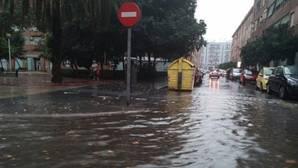 Una tormenta deja 50 litros por metro en media hora y una mujer herida en Valencia