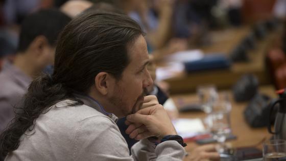 El secretario general de Podemos, Pablo Iglesias, durante la comparecencia de Guindos