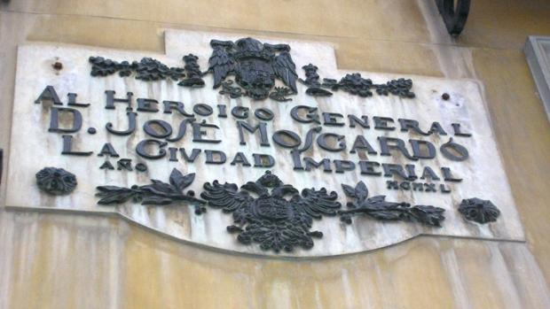 Placa en honor al general Moscardó