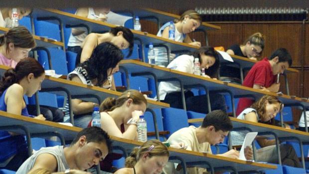 Alumnos durante unos exámenes de Selectividad en la Universidad de Zaragoza