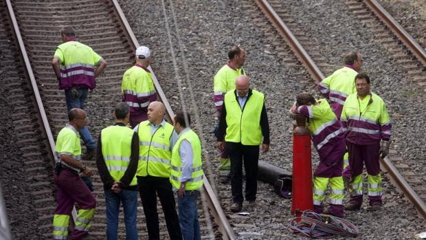 Técnicos inspeccionan la vía donde descarriló el convoy el pasado viernes