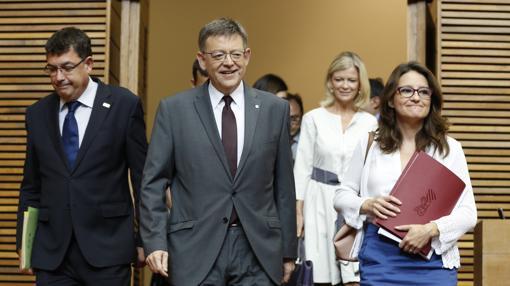 Imagen de Puig y Oltra a su llegada a las Cortes