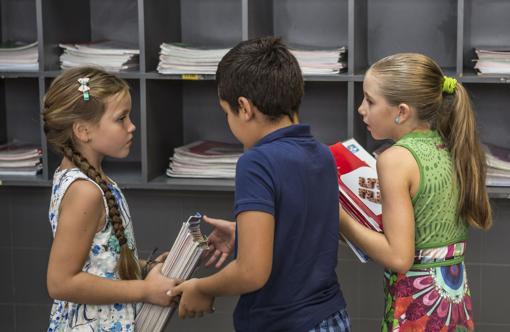 Imagen de un escolares de Valencia con unos libros de texto