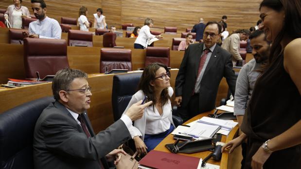 Ximo Puig, junto a varios miembros del Consell este miércoles en las Cortes