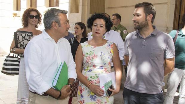 José Chulvi, Raquel Pérez y Gerard Fullana, este miércoles en la puerta de la Diputación
