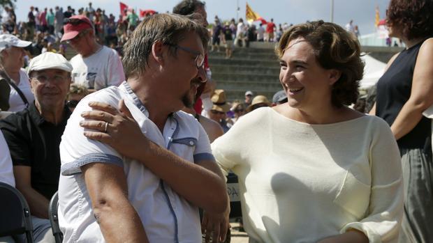 Domènech,, junto a la alcaldesa de Barcelona, Ada Colau, en uno de los actos de la Diada