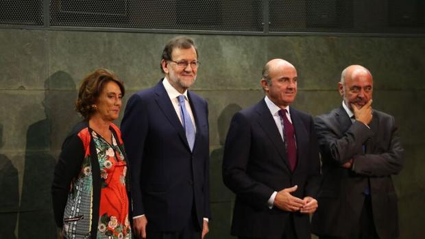 Mariano Rajoy, junto a Luis de Guindos en la presentación de su libro