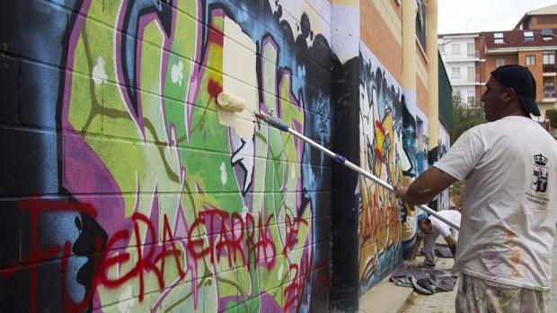 Lugar del pabellón de la Josa donde aparecieron pintadas en contra del festival en el que actúan los titiriteros absueltos de enaltecimiento del terrorismo