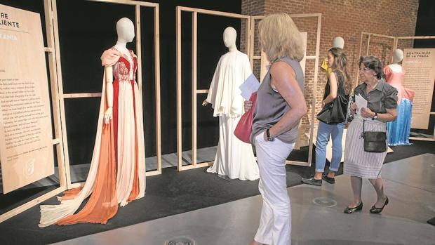 Visitantes de la exposición «Trajes para Shakespeare y Cervantes» en el centro Conde Duque