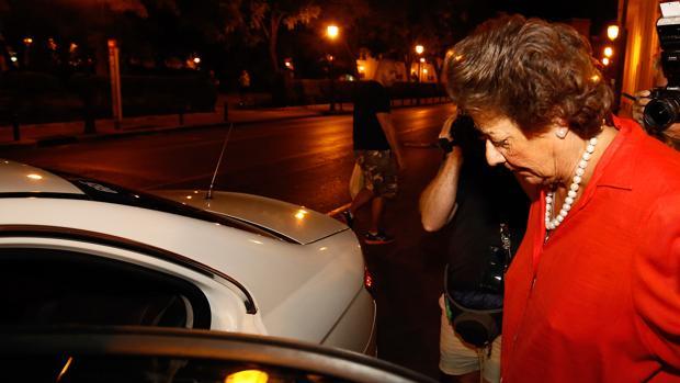 Imagen tomada este miércoles por la noche de Barberá abandonando su domicilio de Valencia