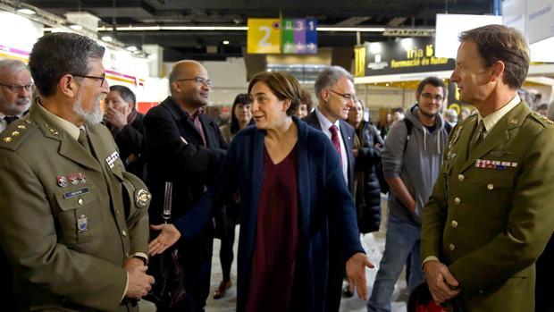 Ada Colau y los dos militares en el Salón de Enseñanza celebrado en marzo