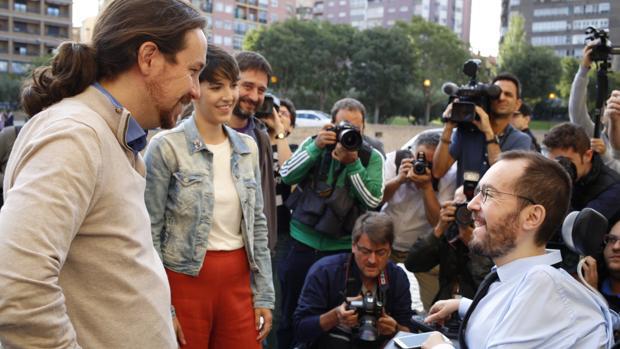 Iglesias y Echenique, junto a la nueva presidenta de las Cortes de Aragón, Violeta Barba (Podemos)