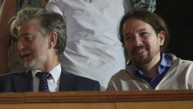 Pablo Iglesias, este jueves en las Cortes de Aragón, junto al alcalde de Zaragoza, Pedro Santisteve