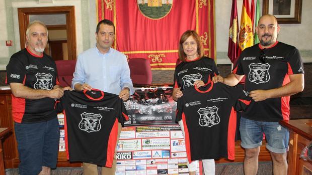 El alcalde Anastasio Arevalillo, junto al presidente del Motoclub Torrijos, Luis Miguel de Celis y otros miembros del club