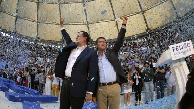 Mariano Rajoy y Alberto Núñez Feijóo, candidato a la reelección como presidente de la Xunta, en un mitin