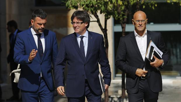 Romeva, a la derecha, esta semana con el también consejero Santi Vila y el presidente Puigdemont
