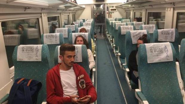 Algunos de los 109 pasajeros «encerrados» en el interior del vagón
