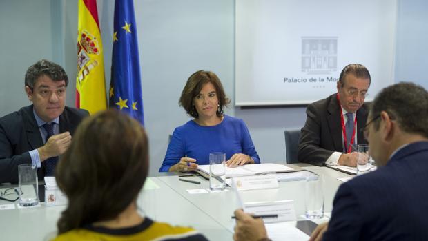 La vicepresidenta del Gobierno, Soraya Sáenz de Santamaría, en una reunión en La Moncloa