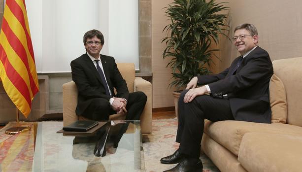 Imagen de la reunión mantenida por Puig y Puigdemont el pasado mes de mayo en Barcelona