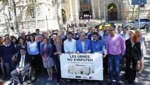 Entidades independentistas y partidos proreferéndum arropan a Francesc Homs por el 9-N